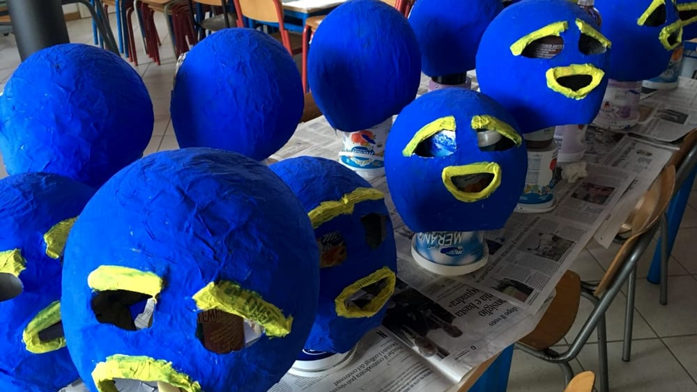 A scuola i bimbi si costruiscono da soli le maschere di ...